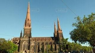 建物の一番上に時計がある教会の写真・画像素材[3541032]