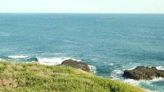 海の隣の水域の真ん中にある島の写真・画像素材[3566047]