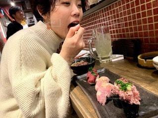 食べ物を食べるテーブルに座っている女性の写真・画像素材[3517341]