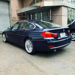 建物の脇に駐車している車の写真・画像素材[3519379]