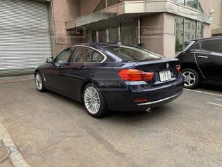 建物の脇に駐車している車の写真・画像素材[3519380]