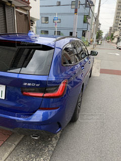 建物の脇に駐車している車の写真・画像素材[3519531]