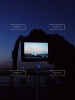 夕日の前に立っている人の写真・画像素材[3543159]