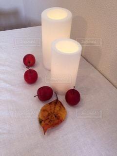 テーブルの上に座っているリンゴの写真・画像素材[3529415]