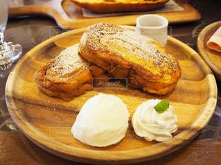 テーブルの上に食べ物のプレート フレンチトーストの写真・画像素材[981209]