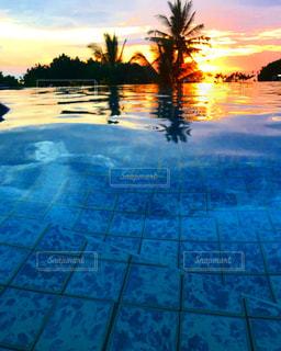 水面に沈む夕日の写真・画像素材[1851703]