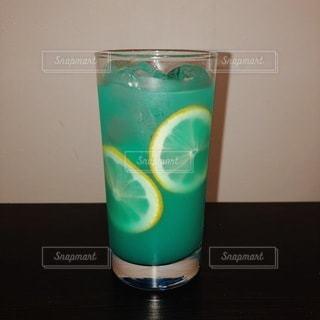 青いコップを持つグラスの写真・画像素材[3530867]