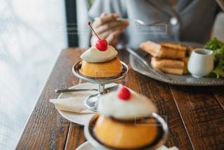 テーブルの上にコーヒーを一杯入れるの写真・画像素材[3532972]