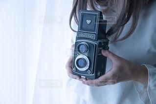 カメラを持つ手の写真・画像素材[3533208]