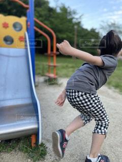 スケートボードに乗って滑走する少年の写真・画像素材[4598928]