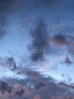 空に雲が立つ蒸気機関の列車の写真・画像素材[3542266]
