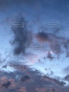 煙が出ている空の雲の写真・画像素材[3542264]