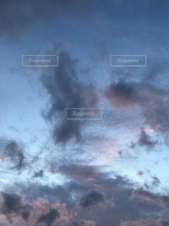 空に雲が入った蒸気機関車の写真・画像素材[3542265]
