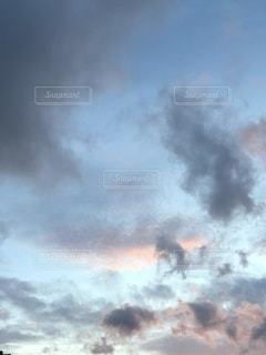 煙が出ている線路上の電車の写真・画像素材[3542268]