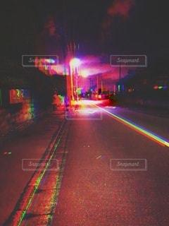 夜の街の通りの眺めの写真・画像素材[3542334]