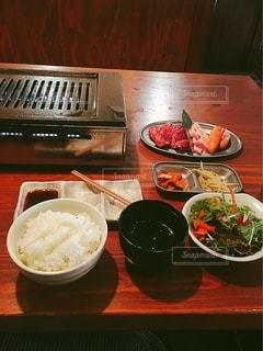 テーブルの上に食べ物を1杯入れるの写真・画像素材[3592305]