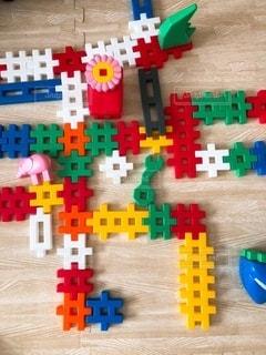テーブルの上のカラフルなおもちゃの写真・画像素材[3595809]