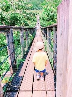 橋の上を歩いている小さな男の子の写真・画像素材[3641078]