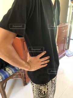V黒Tシャツの男性の写真・画像素材[1522821]