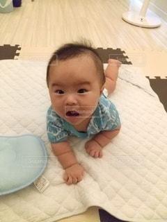 ベッドに横たわる赤ん坊の写真・画像素材[3541519]