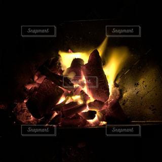 真夏の焚き火の写真・画像素材[3544190]