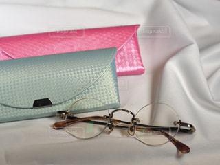 丸眼鏡と眼鏡ケースの写真・画像素材[3633798]