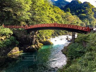 美しい朱塗りの橋と川の写真・画像素材[3598237]