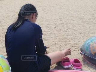 ビーチに座っている人の写真・画像素材[3561522]