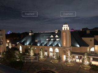 夜にライトアップされた時計塔の写真・画像素材[3551517]