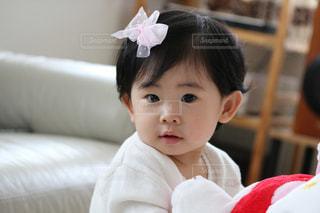 近くに赤ちゃんのアップの写真・画像素材[708028]