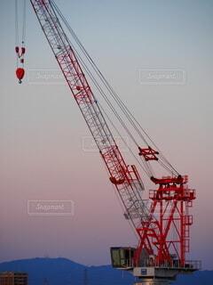 マンションの高い所で動くクレーンの写真・画像素材[4193517]