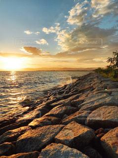 海の横にある岩のビーチの写真・画像素材[1692707]
