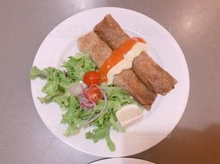 食べ物の皿をテーブルの上に置くの写真・画像素材[3555523]
