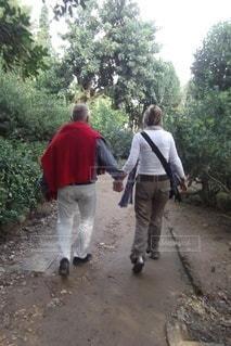 仲良く手をつなぐ夫婦の写真・画像素材[3562318]