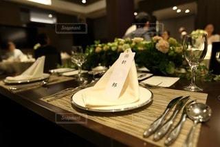 ワイングラス付きのテーブルの写真・画像素材[3578168]