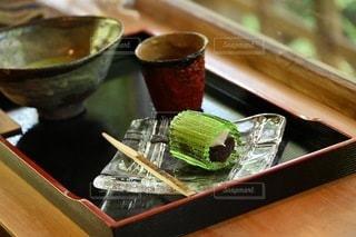 木製のテーブルの上に食べ物のトレイの写真・画像素材[3560361]