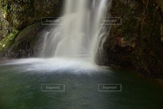 滝壺に落ちる仙巌の滝の水の写真・画像素材[3647871]