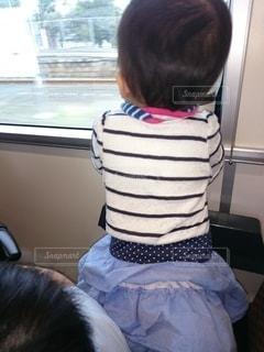 窓の前に立っている幼児の写真・画像素材[3583977]