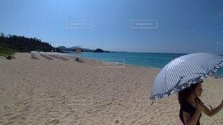 浜辺に立っている人の写真・画像素材[3563924]