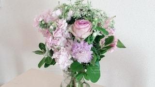 テーブルの上の花瓶に花束の写真・画像素材[3573794]