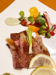 食べ物の皿をテーブルの上に置くの写真・画像素材[4615268]