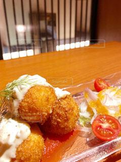 食べ物の皿をテーブルの上に置くの写真・画像素材[4615265]