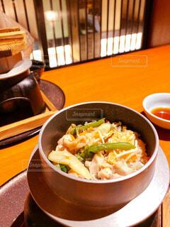 テーブルの上に食べ物を1杯入れるの写真・画像素材[4615665]