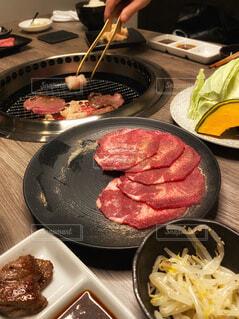 食べ物の鍋をテーブルの上に置くの写真・画像素材[4617252]