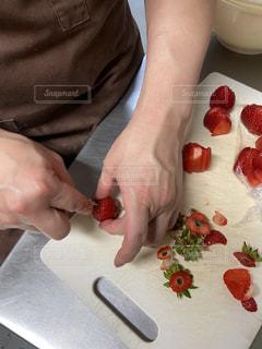苺を切るの写真・画像素材[3566461]