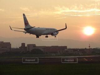夕暮れの大阪空港の写真・画像素材[3568580]