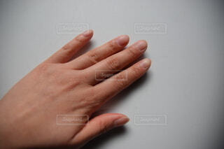 アラサー女の手の甲の写真・画像素材[4173995]