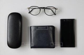 黒いメガネと財布とスマホの写真・画像素材[4178745]