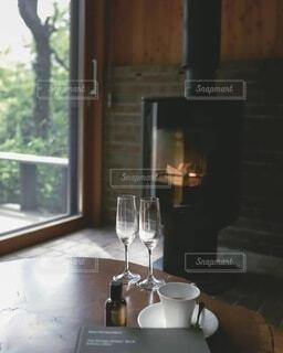 コテージでリラックス 暖炉の前でくつろぐの写真・画像素材[4114420]