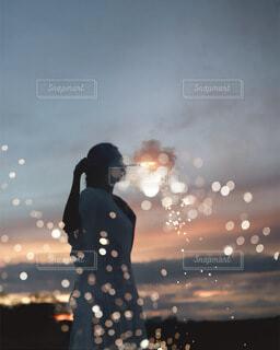 幻想的な花火の光の写真・画像素材[4114492]
